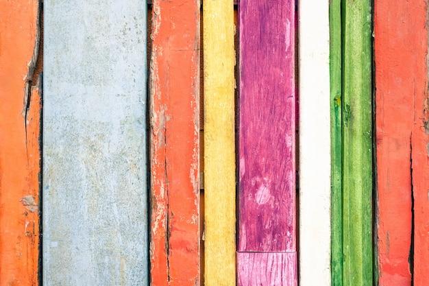 Mehrfarbiger hölzerner hintergrund und alternatives baumaterial