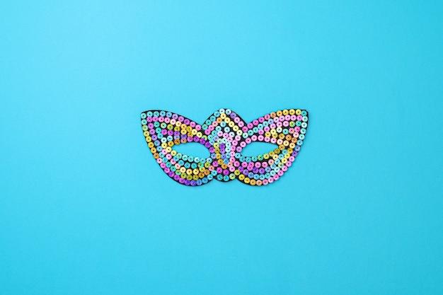 Mehrfarbiger karneval mit theatermaske