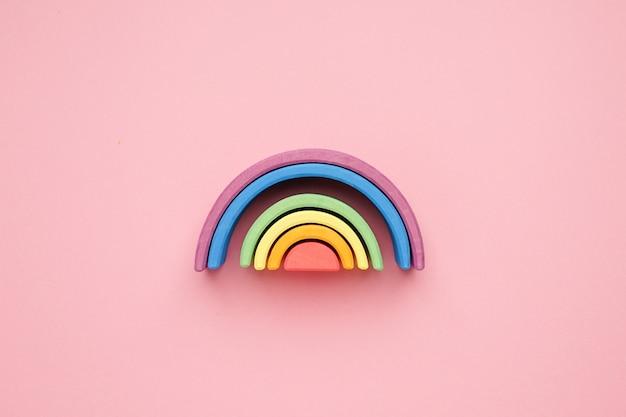 Mehrfarbiger lgbt hölzerner regenbogen