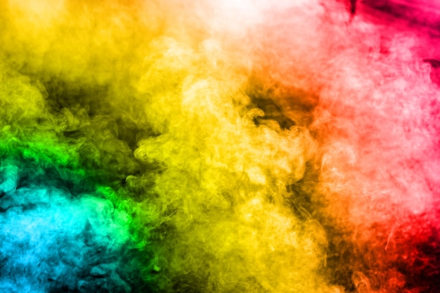 Mehrfarbiger rauch auf hintergrund.