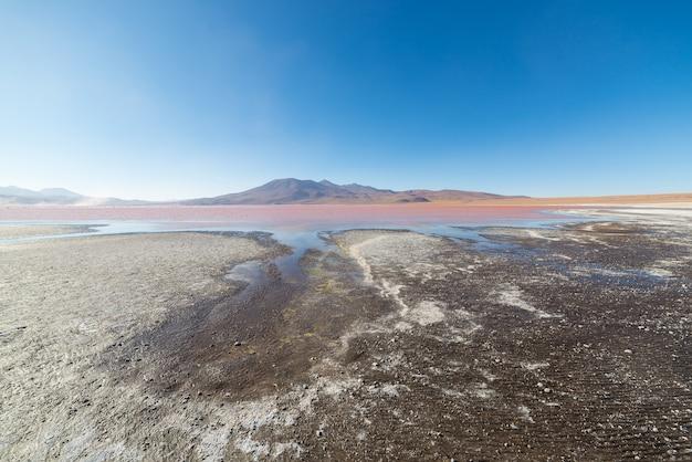 Mehrfarbiger salt lake mit vulkan auf den bolivianischen anden