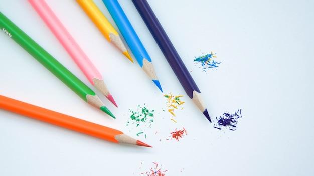 Mehrfarbiger satz angespitzter holzstifte auf weiß