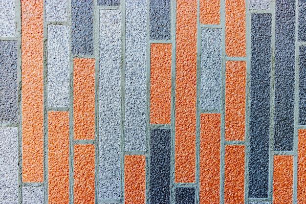 Mehrfarbiger strukturierter putz der fassade des hauses. dekorativer hintergrund des monolithischen stucks. silikat-zement-wandputz.