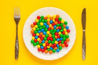 Mehrfarbiger Süßigkeitsdragee auf einer Platte