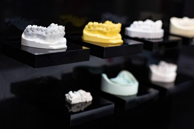 Mehrfarbiges gerät zur herstellung eines geformten zahns.