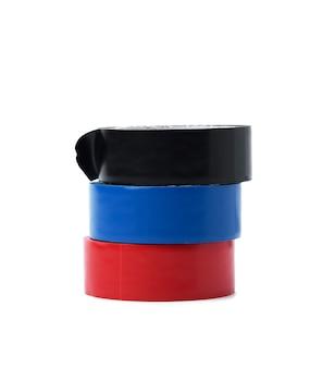 Mehrfarbiges gummi-isolierband, stränge isoliert auf weißem hintergrund, nahaufnahme