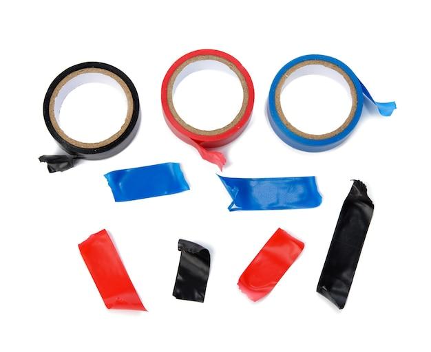 Mehrfarbiges gummi-isolierband, stücke und rolle lokalisiert auf weißem hintergrund, draufsicht