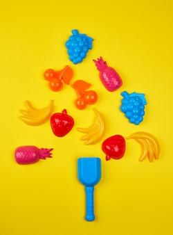 Mehrfarbiges kinderspielzeug aus plastik in form eines weihnachtsbaumes