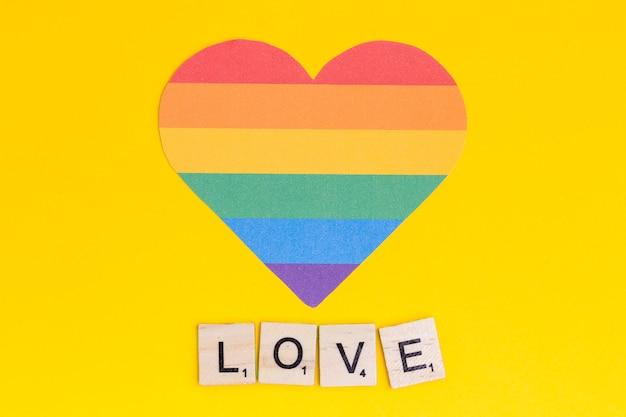 Mehrfarbiges lgbt-herz mit love-schriftzug