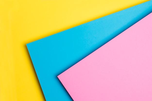 Mehrfarbiges papier auf gelbem grund