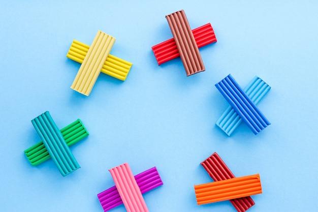 Mehrfarbiges plastilin ist ein material für kreativität bei kindern. modellierung - die entwicklung der feinmotorik. auf blauem hintergrund draufsicht.