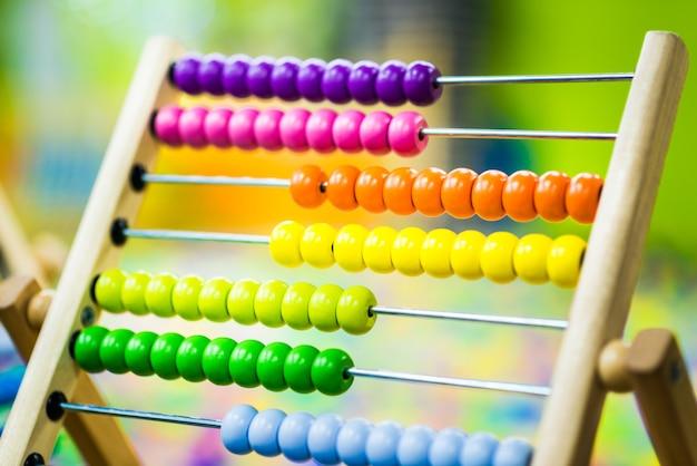 Mehrfarbiges spielzeug aus holz für kinder. umweltfreundliches entwicklungsspielzeug