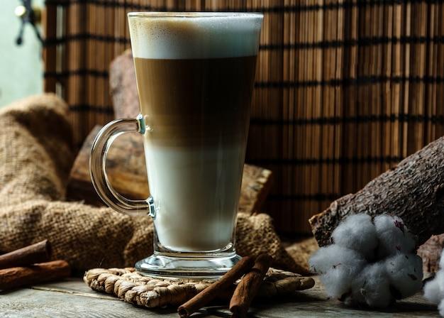 Mehrschichtiges kaffeegetränk im glas