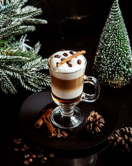 Mehrschichtiges kaffeegetränk mit bohnen