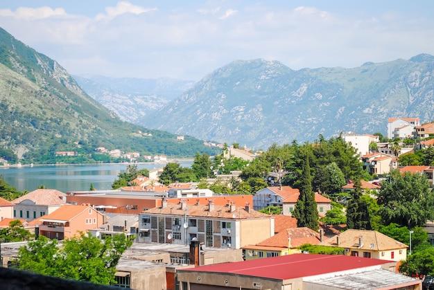 Mehrstöckige häuser in den bergen von montenegro, budva.