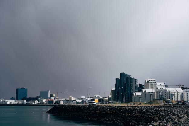 Mehrstöckige moderne hochhäuser direkt am wasser in reykjavik