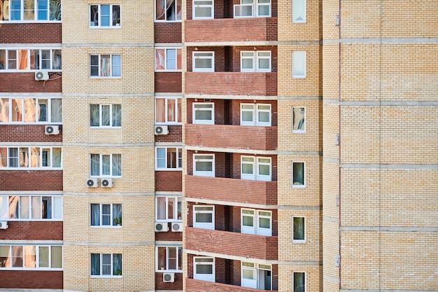 Mehrstöckiges gebäude mit neuen modernen wohnungen