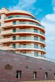 Mehrstöckiges modernes wohn- oder geschäftsgebäude mit blauem himmel
