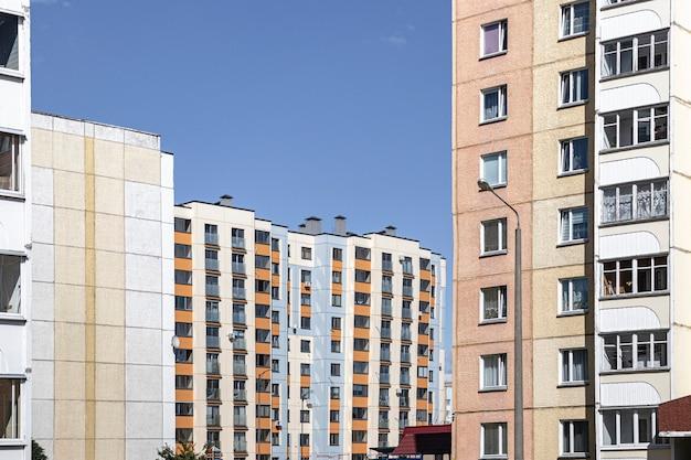 Mehrstöckiges modernes wohngebäude. wohnungsbau. wohnfonds. wohngebiet schlafen. hypothekendarlehen für junge familien.