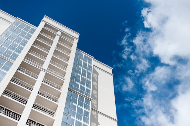 Mehrstöckiges wohnhaus auf blauem himmelhintergrund