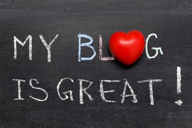 Mein blog ist ein großartiger satz, der handgeschrieben auf der schultafel ist