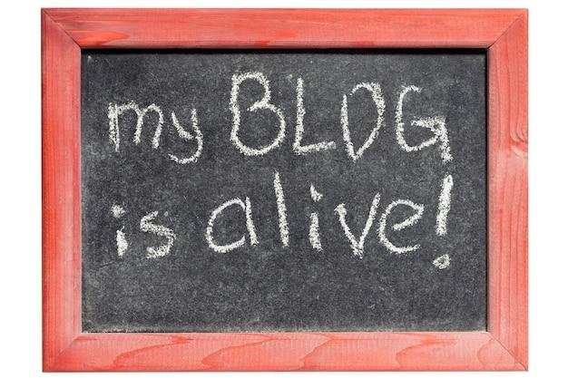 Mein blog ist lebendige ausrufezeichen handgeschrieben auf vintage tafel