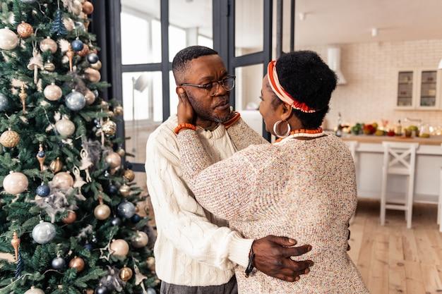 Meine geliebte. nette positive frau, die ihren ehemann ansieht, während sie in ihn verliebt ist