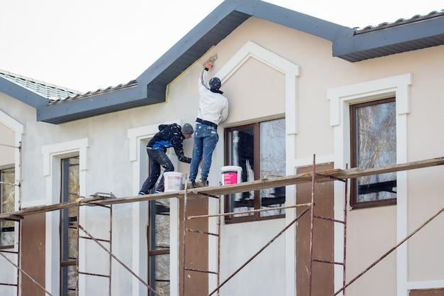 Meister arbeiten an der fertigstellung eines modernen apartmenthauses