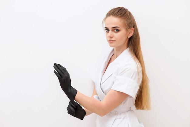 Meister in schwarzen medizinischen handschuhen auf weißem hintergrund