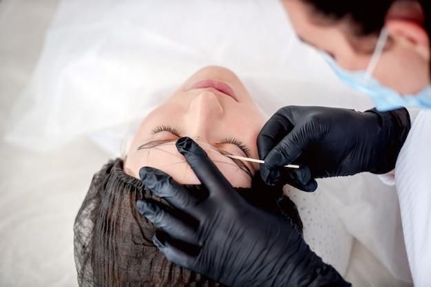 Meister macht augenbrauen dauerhaft make-up