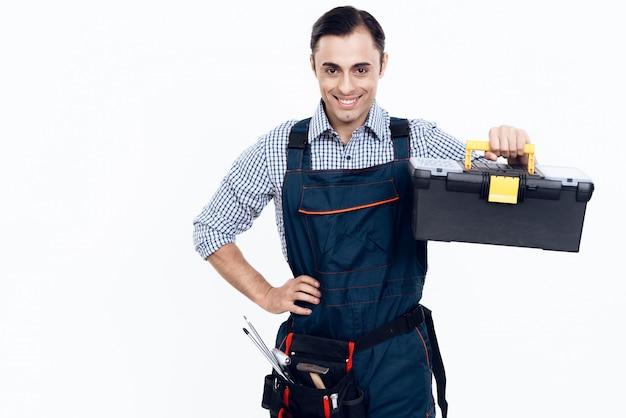 Meister mit werkzeugkasten in der hand auf weißem hintergrund.