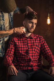 Meister schneidet haare und bart von männern