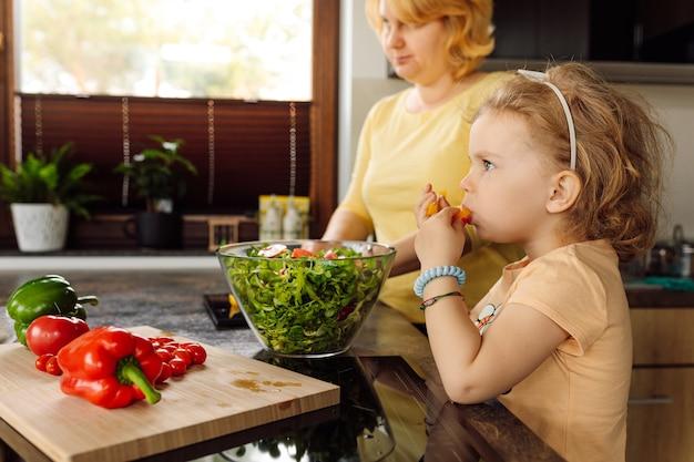 Meisterkurs in kochen für kinder. erziehung von kindern, die sich für gemüse und richtige ernährung lieben. veganes essen