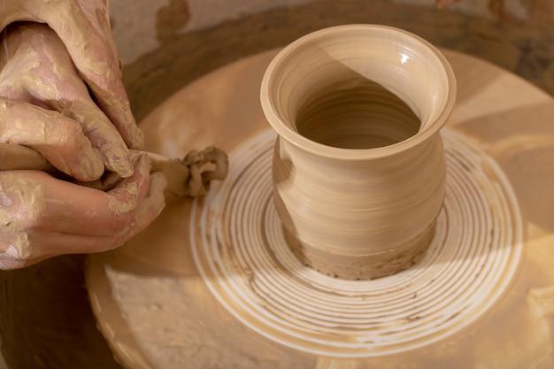 Meisterkurs über das modellieren von ton auf einer töpferscheibe
