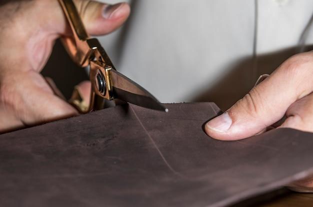 Meisterschneiden von leder zum zuschneiden.