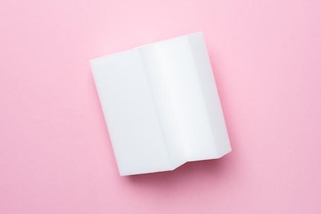 Melaminschwämme auf rosa