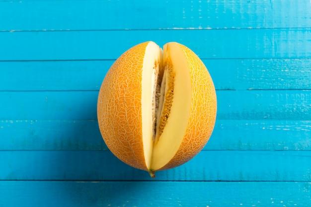 Melone auf blauem tisch