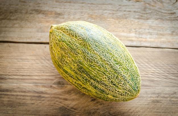Melone auf dem holztisch
