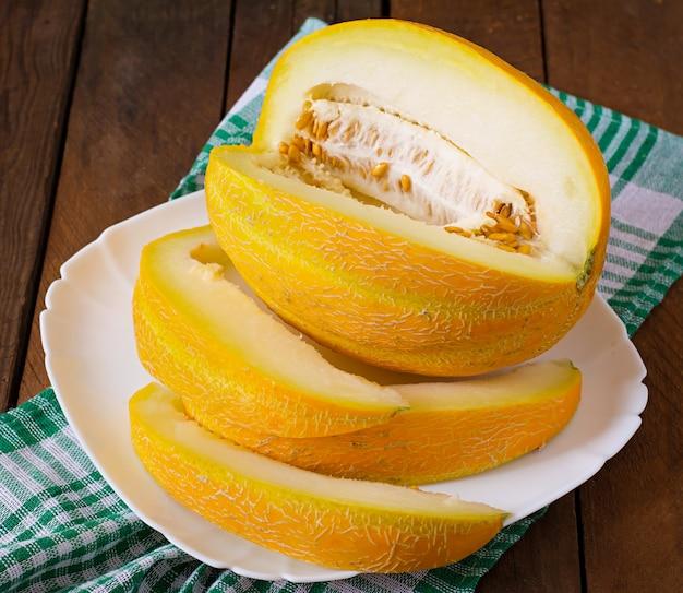 Melone auf einem teller in stücke geschnitten