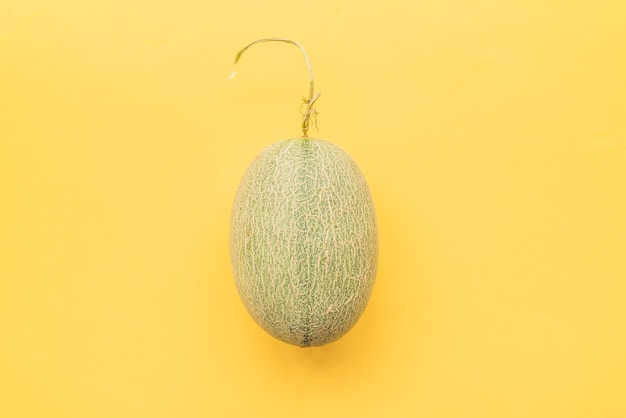 Melone auf gelbem hintergrund