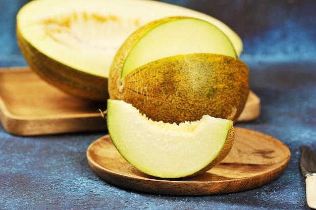 Melone halbieren und in stücke schneiden