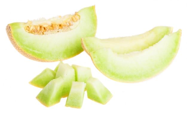 Melone in scheiben geschnitten und in würfel geschnitten