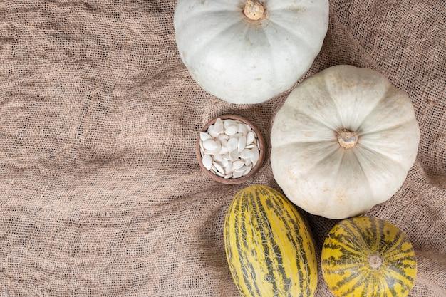 Melone und kürbis auf holzbrett auf marmor.