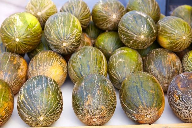Melonen aus dem mittelmeerraum gestapelt