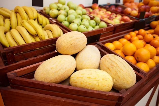 Melonen in einer schachtel auf der theke eines gemüseladens