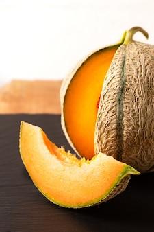 Melonenfrucht auf schwarzem schieferbrett