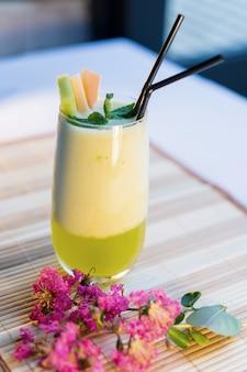 Melonensaft; cantaloupe-saft auf tisch; thailändischer gesunder saft; thailändisches gesundes essen.