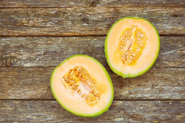 Melonenscheibe auf holztischhintergrund