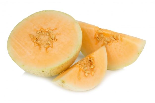 Melonenscheibe (sunlady). hälfte. isoliert auf weißem hintergrund