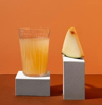 Melonenscheibe und saftglas